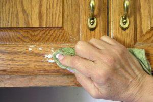 Cách làm sạch tủ bếp gỗ